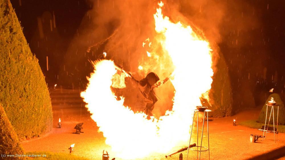 Feuerkünstler als Höhepunkt zum Betriebsfest
