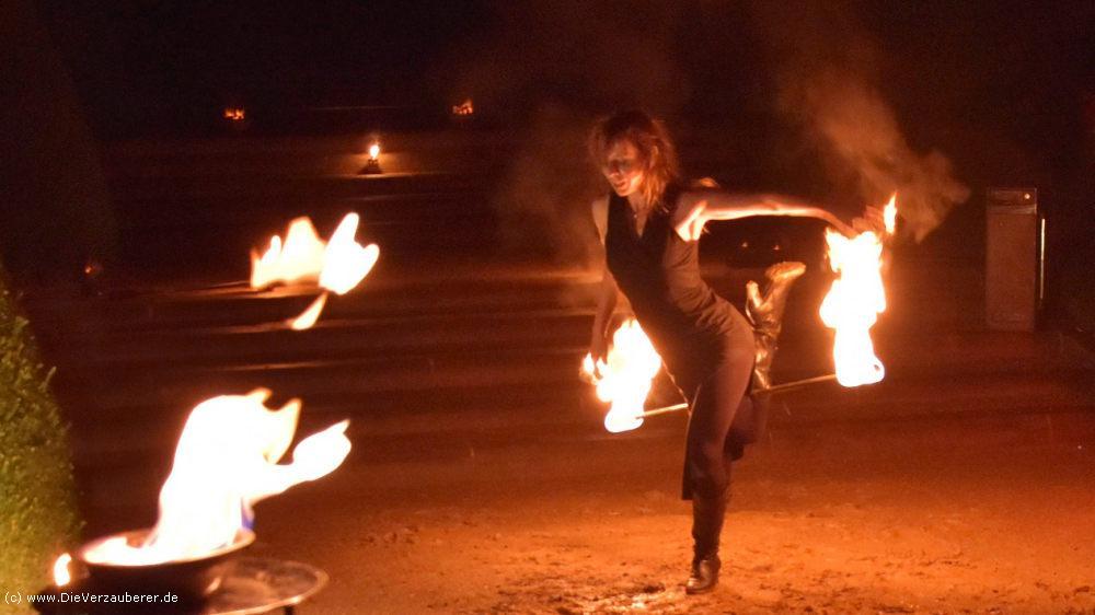 Unterhaltungskünstler mit anmutigem Feuertanz Dresden
